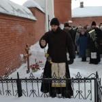 Литию на могиле игумении Анастасии служит отец Алексей